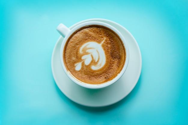 Warme koffie met latte art