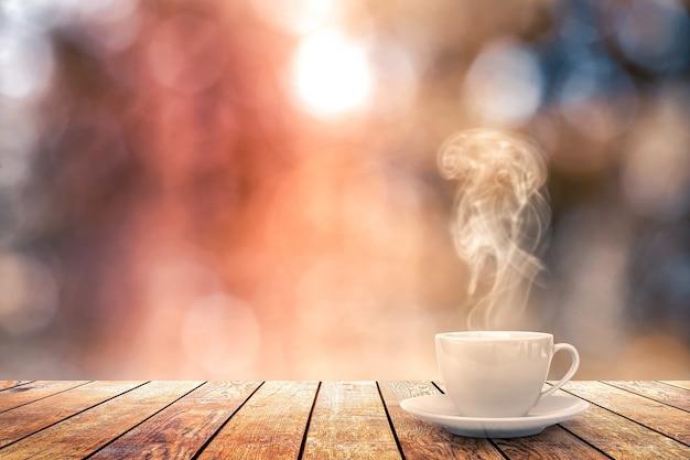 Warme koffie op de tafel op een winter achtergrond