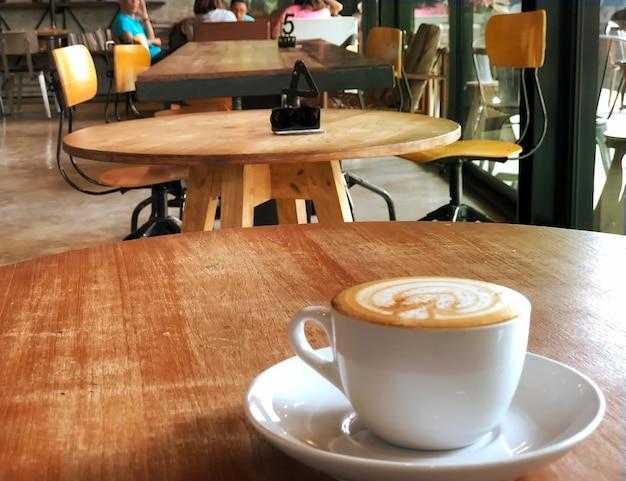 Warme koffie op tafel in café