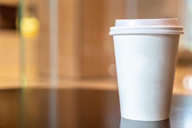 Warme koffie papieren beker in coffeeshop