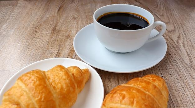 Warme koffiekop en croissant ochtendsnack