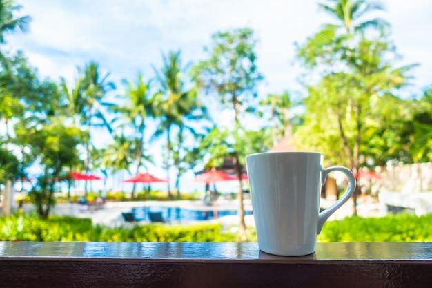 Warme koffiekop met prachtig tropisch buitenzicht