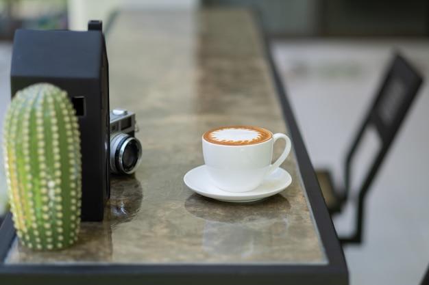 Warme koffiekop op tafel, relaxtijd, ochtendtijd