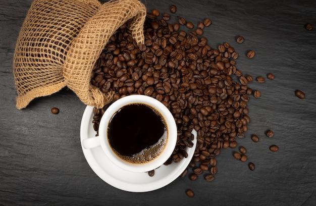 Warme koffiekopje en koffiebonen