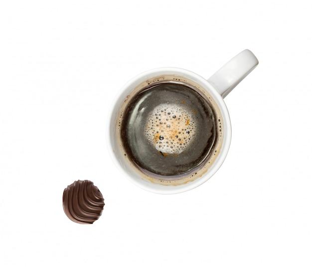 Warme koffiekopje geïsoleerd op witte achtergrond bovenaanzicht met uitknippad