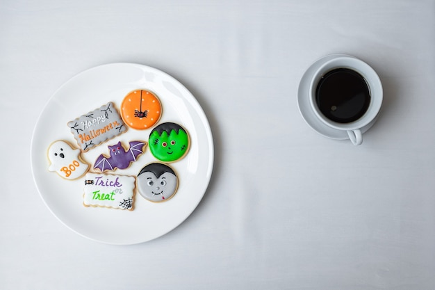 Warme koffiekopje met grappige halloween cookies. fijne halloween-dag, trick or threat, hallo oktober, herfstherfst, traditioneel, feest- en vakantieconcept