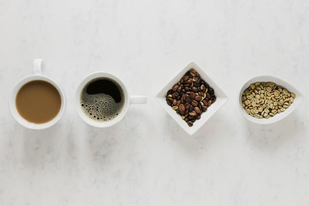 Warme koffiekoppen op witte tafel
