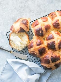 Warme kruisbroodjes met boter. traditionele paasmaaltijd