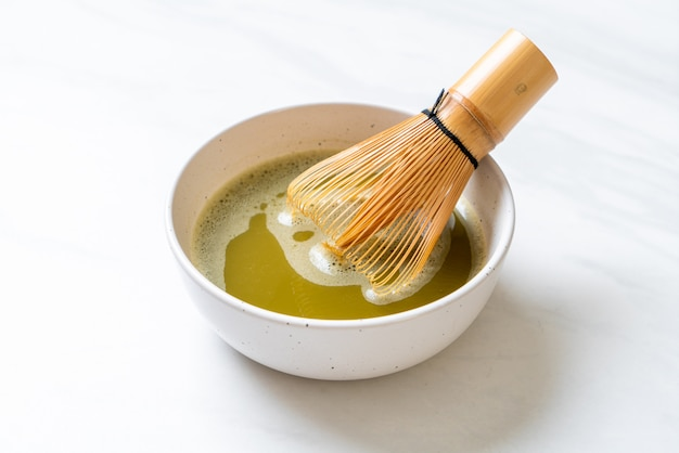 Warme matcha groene thee beker met groene thee poeder en garde