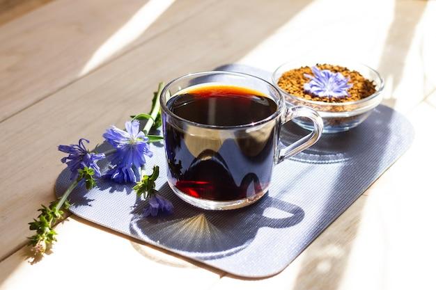Warme natuurlijke cichorei cafeïnevrije drank in een doorzichtige beker