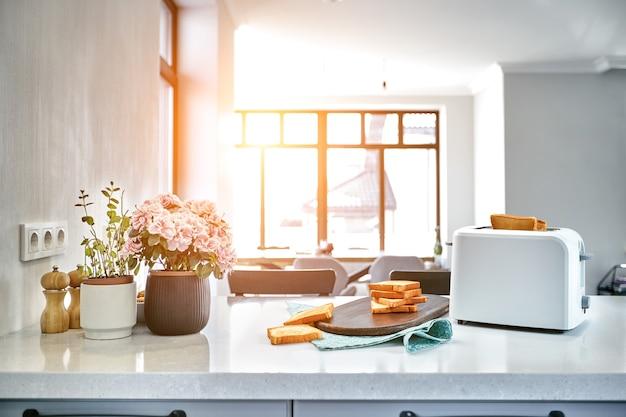 Warme ochtend in een witte keuken met verse toast zonnevlam