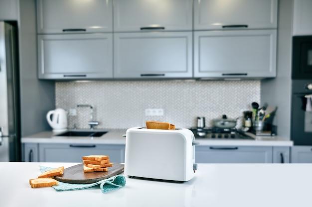 Warme ochtend in een witte keuken met verse toast