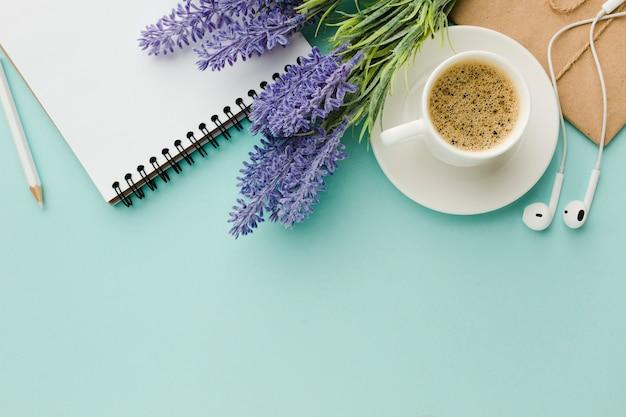 Warme ochtendkoffie met lavendel bloemen bovenaanzicht