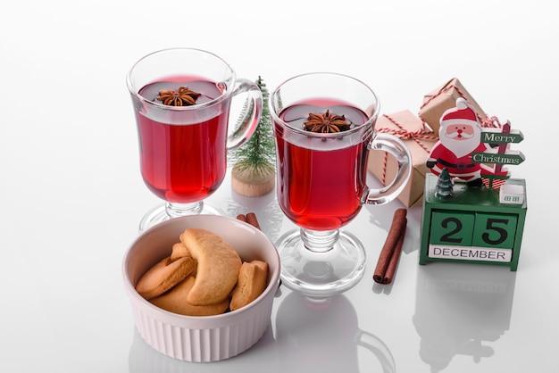 Warme rode glühwein geïsoleerd op een witte achtergrond met kerst kruiden