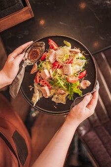Warme salade met zalm, sla, tomaat en kaas