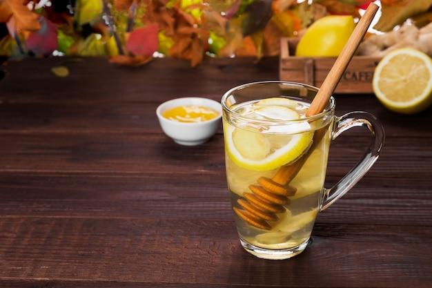 Warme theehaarddrank in de herfst met gember, honing en citroen in glas