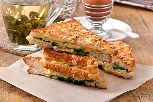 Warme toast met kaas en spinazie voor het ontbijt