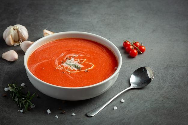 Warme tomatensoep serveren in een kom