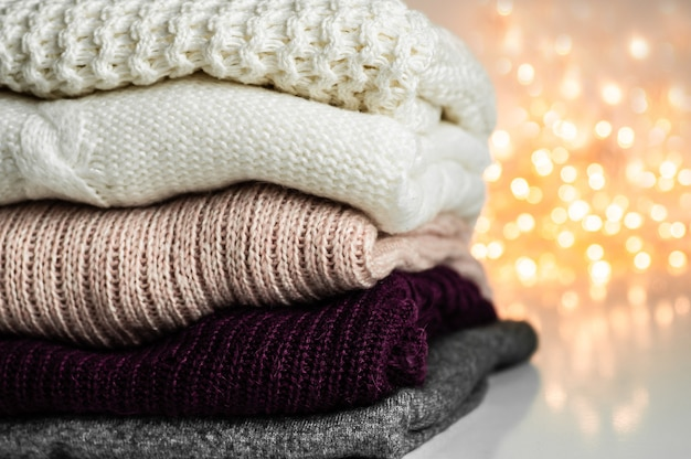 Warme truien. stapel gebreide kleding, truien, breigoed, herfst winter concept.