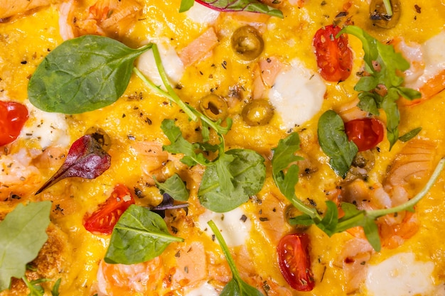 Warme vers gebakken italiaanse pepperoni pizza met salami kaas en hete peper bovenaanzicht plat lag