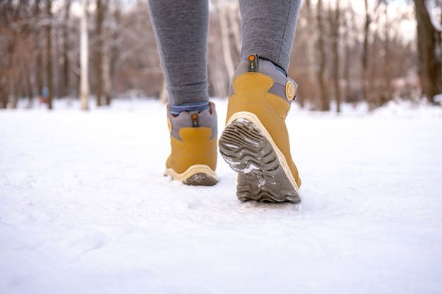 Warme vrouwelijke laarzen voor sneeuwwandelen in de winter. detailopname