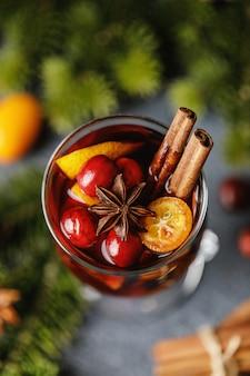 Warme warme kerstdrank met glühwein