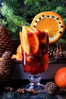 Warme winterdrank met cranberry-sinaasappel en kaneel