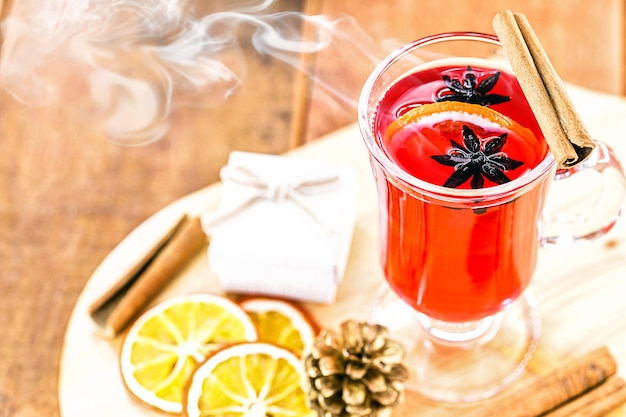 Warme winterdrank, met rook en stoom, warme kerstwijn, bekend als glühwein, spaanse sangria, glogg en glã¼hwein.