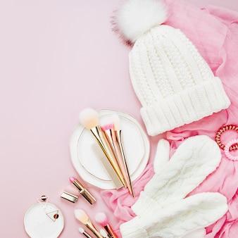 Warme winterkleding, cosmetica en kerstdecoratie. regeling in pastelroze kleuren.