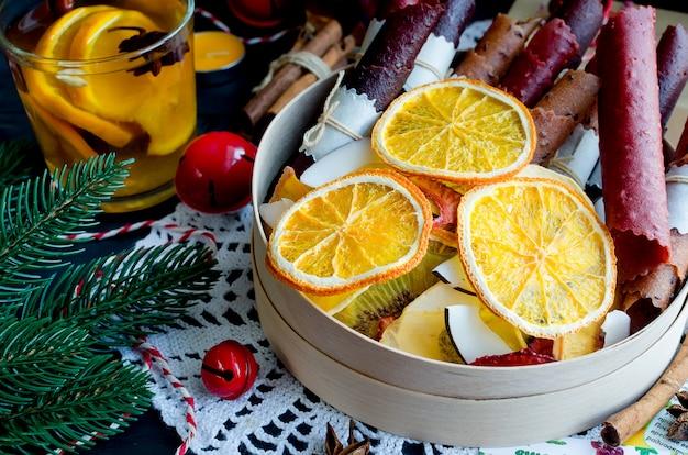 Warme winterthee, droge vruchten op kerstdag