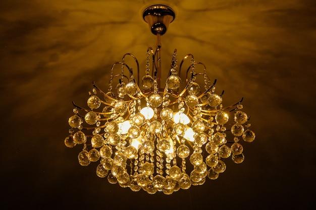 Warme witte kroonluchter of lamp met plafond in de hal