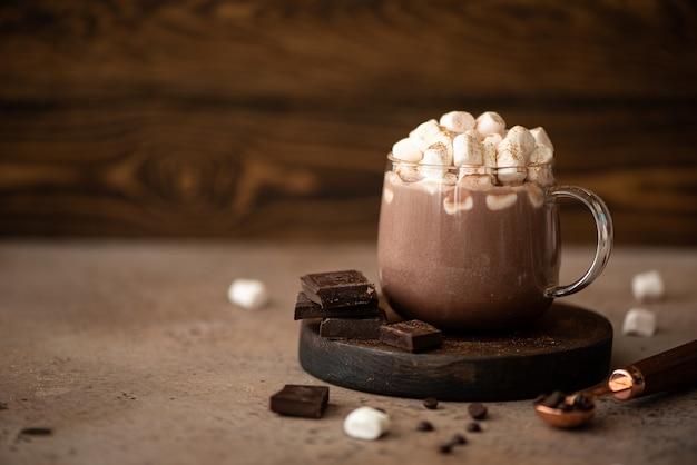 Warme zoete chocolade cacao met marshmallow en kaneel