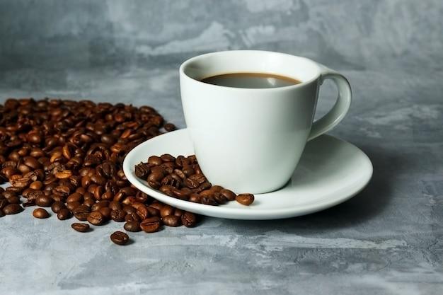 Warme zwarte koffie voor ochtenddrankmenu in witte keramische beker met koffiebonen