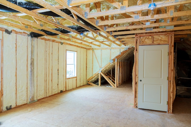 Warmte-isolatie in een nieuw geprefabriceerd huis met minerale wol en hout.