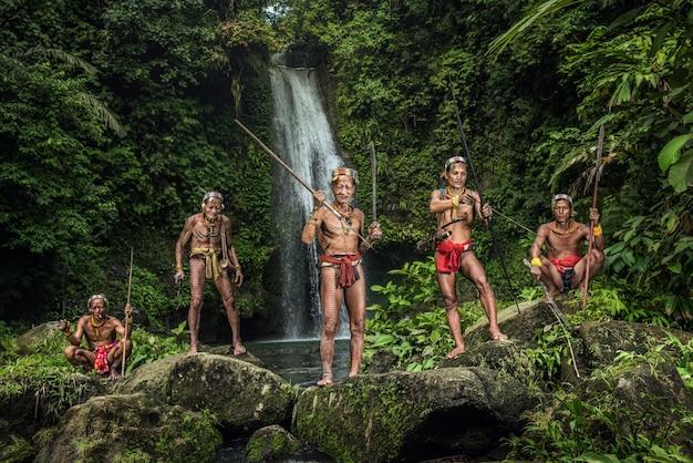 Warrior of mentawai. de inheemse bewoners van de eilanden in muara siberut worden ook wel het mentawai-volk genoemd. west sumatra, siberut eiland, indonesië.