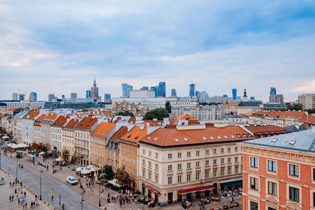 Warschau, polen - 16 augustus 2019: bovenaanzicht van de oude en nieuwe stad