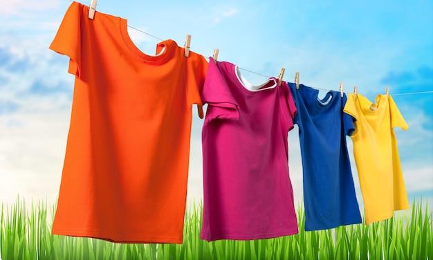 Was kleren aan een touw met wasknijpers op de achtergrond