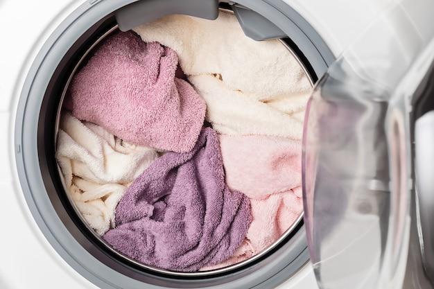 Was- of droogmachine geladen met het wasgoed. wassen, lente schoonmaak concept