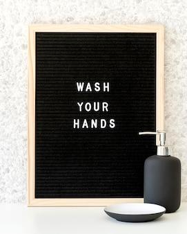 Was uw handen met zeepdispenser