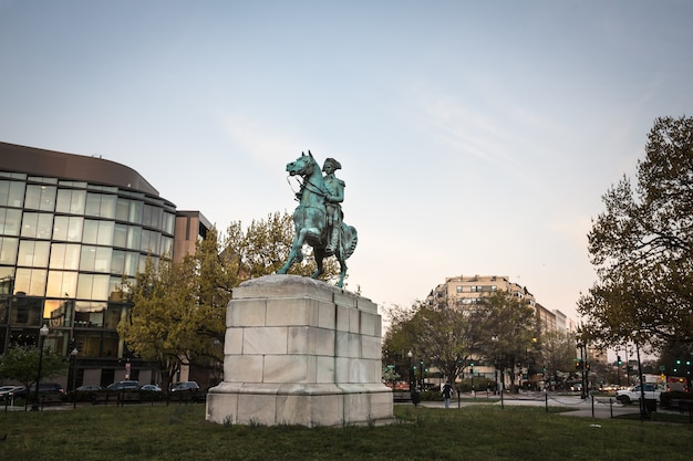 Washington dc, verenigde staten - 31 maart 2016: luitenant-generaal george washington is een ruiterstandbeeld van george washington, in washington circle, washington, dc