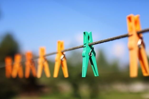 Wasknijper aan het touw buiten