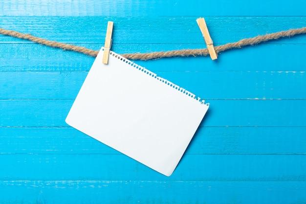 Wasknijper opknoping met blanco papier op houten