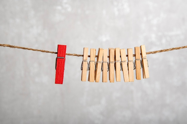 Wasknijpers aan een touw. verschil met anderen. gescheiden van de menigte. leiderschapsconcept.