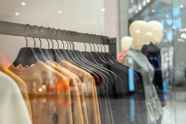 Waslijn in glazen winkel bij het winkelen warenhuis om te winkelen