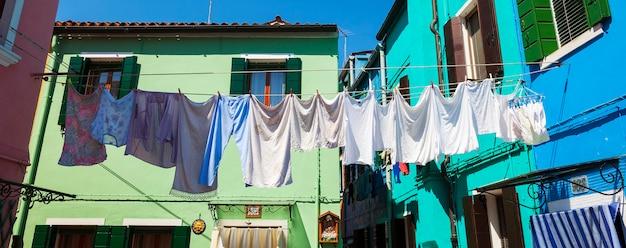 Waslijnen met kleren drogen in de achtertuin in burano.