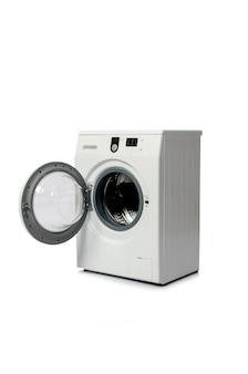 Wasmachine op witte achtergrond wordt geïsoleerd die