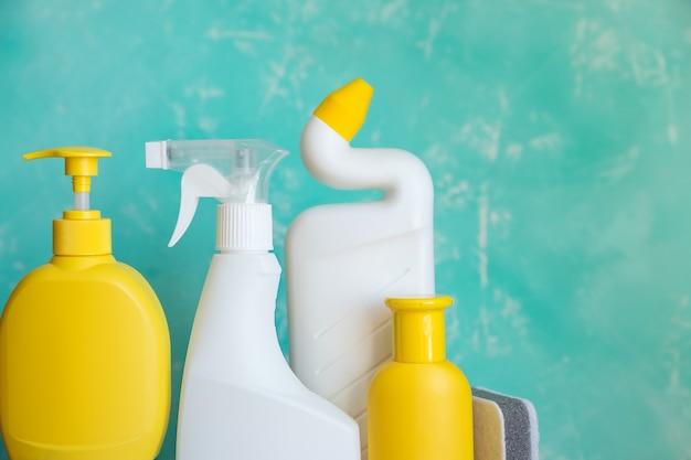 Wasmiddel flessen en chemische schoonmaakproducten geïsoleerd op blauwe achtergrond