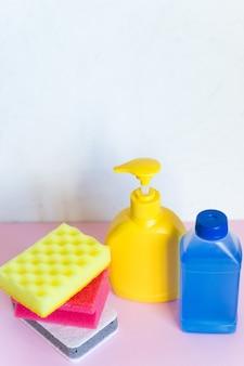 Wasmiddel flessen en chemische schoonmaakproducten geïsoleerd op een witte achtergrond