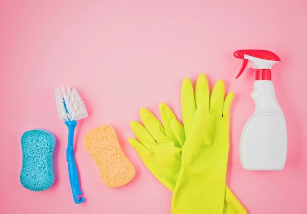 Wasmiddelen en reinigingsaccessoires in pastelkleuren.