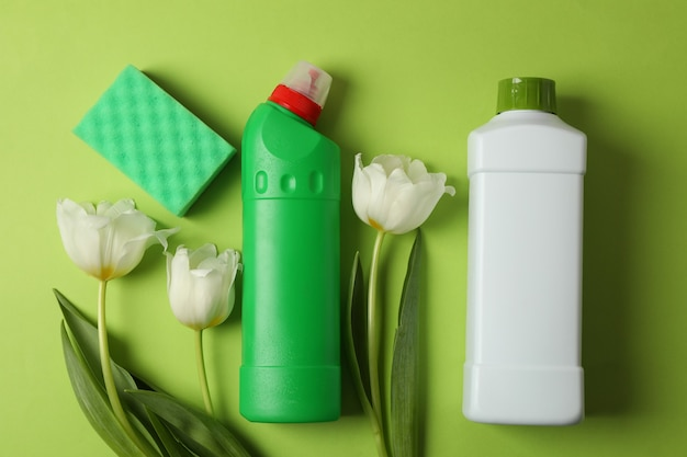 Wasmiddelen, spons en tulpen op groen